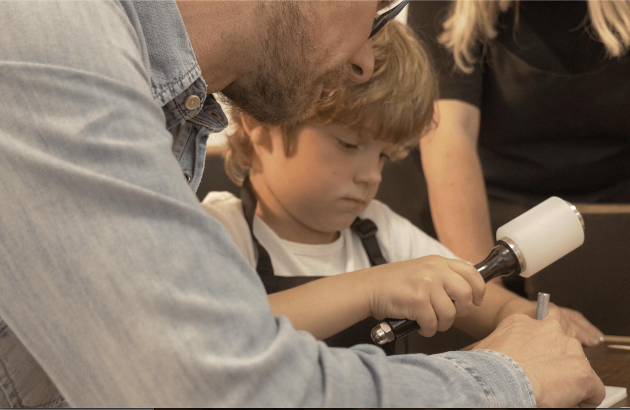 papa-fils-atelier-cuir